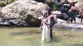 ELLA, SRI LANKA - MÄRZ 2014: Die Männer, die mit Seife in Ravana sich waschen, fällt in Ella Es ordnet z.Z. als einer der breites stock video