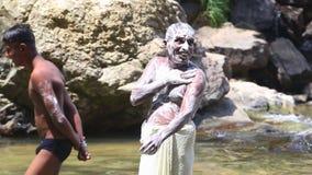 ELLA, SRI LANKA - MÄRZ 2014: Die Männer, die mit Seife in Ravana sich waschen, fällt in Ella Es ordnet z.Z. als einer der breites stock video footage