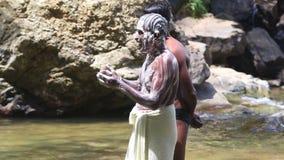 ELLA, SRI LANKA - MÄRZ 2014: Die Männer, die mit Seife in Ravana sich waschen, fällt in Ella Es ordnet z.Z. als einer der breites stock footage