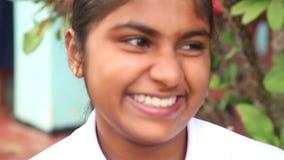 ELLA, SRI LANKA - MÄRZ 2014: Porträt der jungen Frau in Ella Ella ist eine schöne kleine schläfrige Stadt auf dem Südrand von Sri stock video