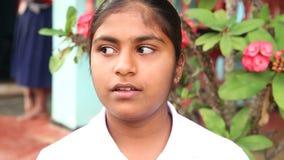 ELLA, SRI LANKA - MÄRZ 2014: Porträt der jungen Frau in Ella Ella ist eine schöne kleine schläfrige Stadt auf dem Südrand von Sri stock video footage