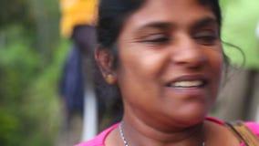 ELLA, SRI LANKA - MÄRZ 2014: Porträt der lokalen Frau auf einem Land in Ella Ella ist eine schöne kleine schläfrige Stadt auf dem stock video