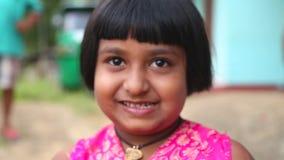 ELLA, SRI LANKA - MÄRZ 2014: Porträt des jungen Mädchens in Ella Ella ist eine schöne kleine schläfrige Stadt auf dem Südrand von stock video footage