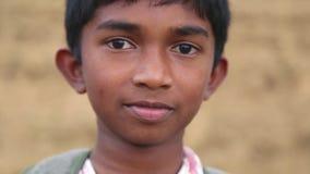 ELLA, SRI LANKA - MÄRZ 2014: Porträt des lokalen Schuljungen in den Vorbergen von Ella, eine schöne kleine schläfrige Stadt auf d stock video footage