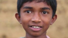 ELLA, SRI LANKA - MÄRZ 2014: Porträt des lokalen Schuljungen in den Vorbergen von Ella, eine schöne kleine schläfrige Stadt auf d stock video