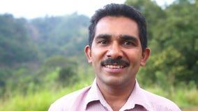 ELLA, SRI LANKA - MÄRZ 2014: Porträt des Mannes, der an seinem Land in seiner Freizeit und im Büro als Sekretär arbeitet stock video