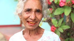 ELLA, SRI LANKA - MÄRZ 2014: Porträt einer älteren Frau mit den Zähnen gegessen durch paan Betel - Nuss und andere Gewürze essen  stock video footage