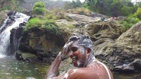 ELLA, SRI LANKA - MÄRZ 2014: Zeitlupe des Mannes im Fluss einseifend stock video footage