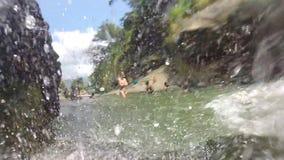 ELLA, SRI LANKA - MÄRZ 2014: Zeitlupe des schönen Wasserfalls und der Natur stock video