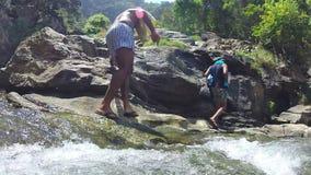 ELLA, SRI LANKA - MÄRZ 2014: Zeitlupe von den Leuten, die hinunter den Fluss gehen stock video footage