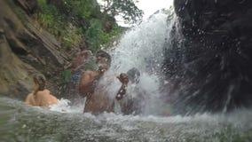 ELLA, SRI LANKA - MÄRZ 2014: Zeitlupe von den lokalen Leuten, die das Süßwasser von Ravana-Wasserfall genießen stock video footage
