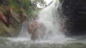 ELLA, SRI LANKA - MÄRZ 2014: Zeitlupe von den lokalen Leuten, die das Süßwasser von Ravana-Wasserfall genießen stock video