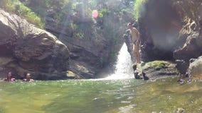 ELLA, SRI LANKA - MARZO DE 2014: Sirva el salto en el río al lado de la cascada hermosa almacen de video