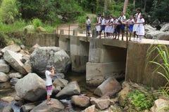 ELLA WRZESIEŃ 05: Fotograf bierze obrazki lokalni dzieci iść do domu od schoo Zdjęcia Stock