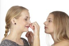 Elle aide son amie avec des quelques cosmétiques Photo libre de droits