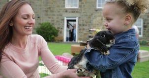 Elle aime des lapins
