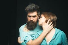 Elle aime sa barbe molle Types brutaux d'amour de femmes et masculins barbus Fille sensuelle de caresse barbue de hippie Faites l Images stock
