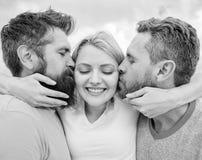 Elle aime une attention masculine Étreintes de fille avec deux types Triangle amoureux Guide final évitant la zone d'ami Les homm photographie stock