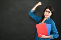 Elle est diplômée de succès de la meilleure université du monde Images stock