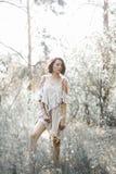 Elle est habillée dans le blanc avec la robe noire de rayures Photographie stock libre de droits
