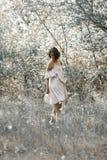 Elle est habillée dans le blanc avec la robe noire de rayures Photo stock