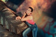 Elle est une femme modèle avec les pneus en caoutchouc Photographie stock