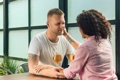 Elle l'a dit oui Plan rapproché de jeune homme embrassant sa main d'épouse tout en faisant la proposition de mariage dehors Photos libres de droits
