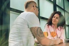 Elle l'a dit oui Plan rapproché de jeune homme embrassant sa main d'épouse tout en faisant la proposition de mariage dehors Images libres de droits