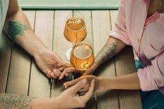 Elle l'a dit oui Plan rapproché de jeune homme embrassant sa main d'épouse tout en faisant la proposition de mariage dehors Photographie stock libre de droits