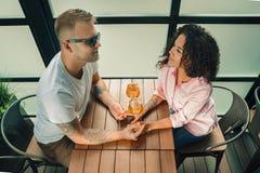 Elle l'a dit oui Plan rapproché de jeune homme embrassant sa main d'épouse tout en faisant la proposition de mariage dehors Photo stock
