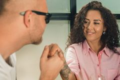 Elle l'a dit oui Plan rapproché de jeune homme embrassant sa main d'épouse tout en faisant la proposition de mariage dehors Image libre de droits