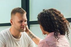 Elle l'a dit oui Plan rapproché de jeune homme embrassant sa main d'épouse tout en faisant la proposition de mariage dehors Photo libre de droits