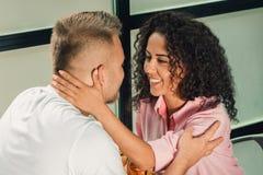 Elle l'a dit oui Plan rapproché de jeune homme embrassant sa main d'épouse tout en faisant la proposition de mariage dehors Images stock