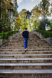 Elle monte les escaliers en pierre Images stock
