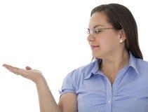 Elle nous montrent sa main Image stock