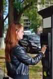 Elle paye se garer photos libres de droits