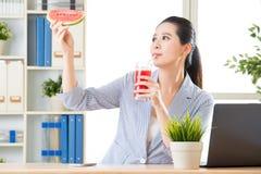 Elle sentent le jus frais de boissons juste comme manger la pastèque photo stock