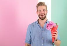 Elle sera homme de mine prêt pour la date apportent les fleurs roses Date de attente de bouquet sûr de prises d'ami Le type appor Photo libre de droits