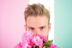 Elle sera homme de mine prêt pour la date apportent les fleurs roses Date de attente de bouquet sûr de prises d'ami Prises machos Photographie stock libre de droits