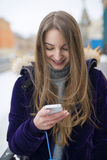 Elle utilise le téléphone sur la rue Photos libres de droits