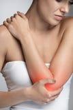 Elleboogpijn Close-up Mooi Vrouwelijk Lichaam met Pijn in Wapens Stock Foto's