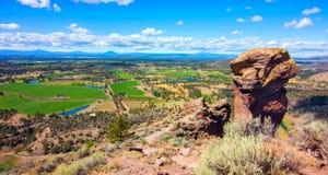 Ellende Ridge Trail in Smith Rocks State Park, een populair bergbeklimmingsgebied in centraal Oregon dichtbij Terrebonne stock foto
