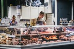Eller marknadsför bitande kött på en kött- och hönsställning i stad, London, UK royaltyfria foton