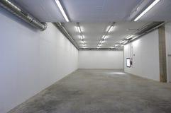 Eller nytt tomt lagerrum med ingenting arkivfoto
