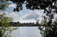 Ellesmere stad en kerk frame door bomen royalty-vrije stock foto