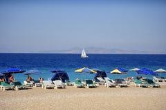 Ellie Beach, die der nächste Strand zu Rhodes Town ist und mit Einheimischen und Touristen ebenso populär ist lizenzfreies stockfoto