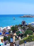 Ellie Beach es la playa más cercana a Rhodes Town y es popular entre los locals y los turistas igualmente fotografía de archivo libre de regalías