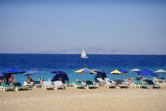 Ellie Beach qui est la plage la plus proche à Rhodes Town et est populaire avec des gens du pays et des touristes de même photo libre de droits