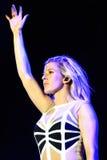 Ellie Goulding (chanteur anglais célèbre) exécute au festival de BOBARD Image stock