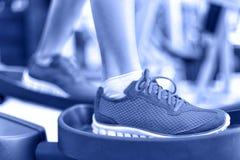 Ellipsformig genomköraremaskin för Cardio övning i idrottshall Fotografering för Bildbyråer